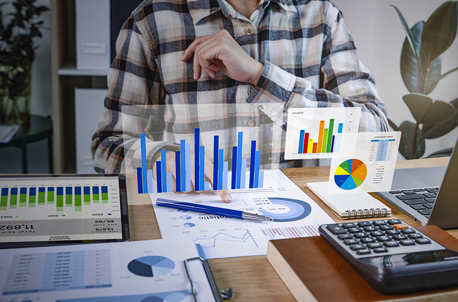 Businesspeople working in finance and accounting Analyze financi